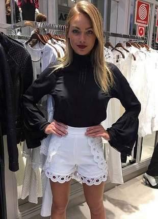 Shorts branco cintura alta detalhes em renda