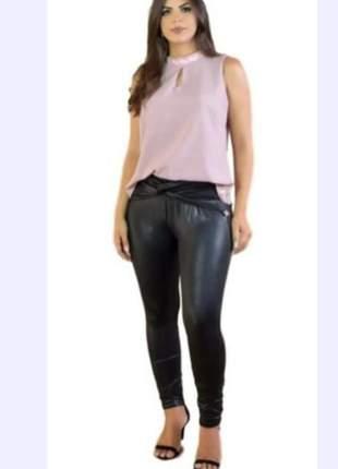 Calça couro fake em cirre preta com detalhe na cintura