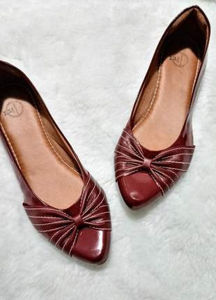 Linda sapatilha de verniz marsala