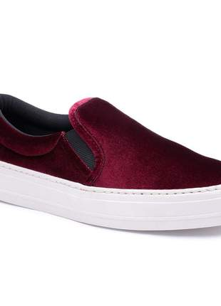 Tênis slip on veludo bordo