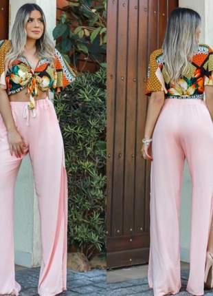 Calça pantalona com fenda lateral