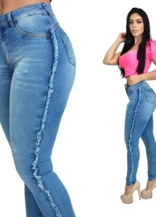 Calça jeans feminina delavê clara hot pants com lycra cintura alta