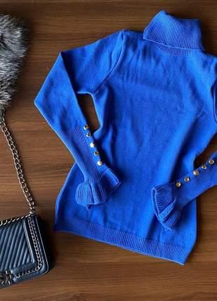 Blusa tricot de frio gola alta com botões no punho azul