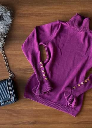 Blusa tricot de frio gola alta com botões no punho roxo