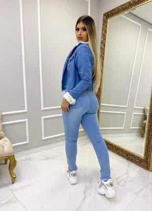 Jaqueta jeans feminina desfiadinha  delavê manga e gola com pelucia