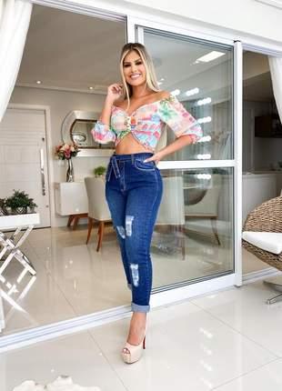 Calça jeans feminina mom devorê lavagem rasgada e cinto amarrar