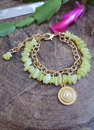 Pulseira dourada de cristais de jade com pingente e corrente
