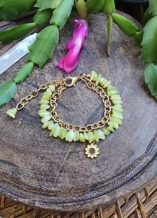 Pulseira de cristais de jade com pingente de flor e corrente