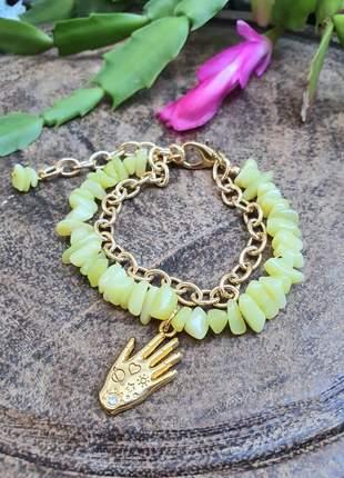 Pulseira dourada com pedras naturais de jade com pingente mão