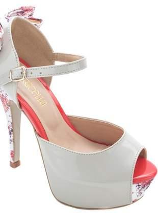 Sandália meia pata peep toe verniz off white enfeites laço duplo em tecido floral