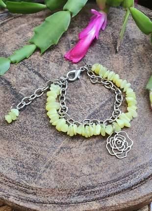 Pulseira prateada de pedras naturais de jade com pingente de flor