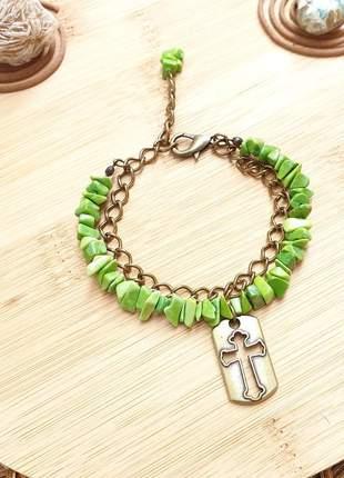 Pulseira de cristais de howlita verde e pingente de crucifixo