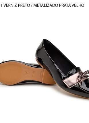 Sapatilha preta invernizada detalhe metalizado sapato bico fino