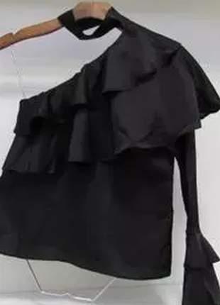 Blusa em seda, possui manga com punho de babado e gola choker