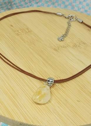 Um lindo colar com pedra natural de citrino