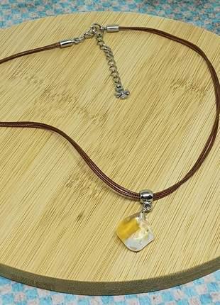 Colar de fio marrom com pingente de quartzo hematóide