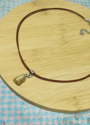 Colar de fio marrom com pingente de quartzo rutilado