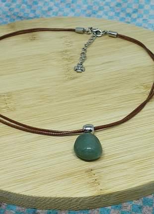 Colar de fio marrom com pingente de quartzo verde
