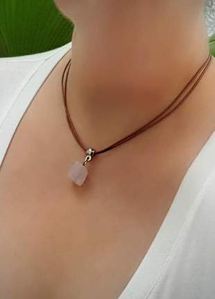 Colar curto com pingente de cristal de quartzo rosa