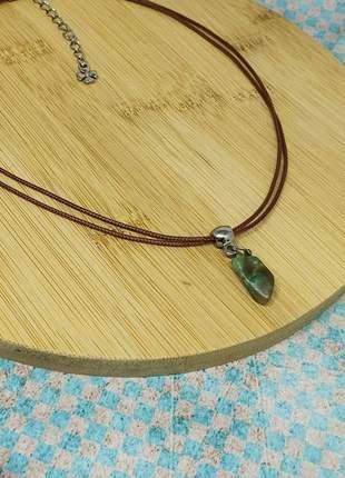 Colar de fio marrom com pingente de esmeralda bruta
