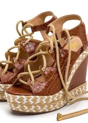 Sandália anabela croco caramelo amarrar na perna corda