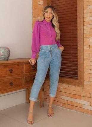 Calça jeans cenoura com zíper frontal e elástico