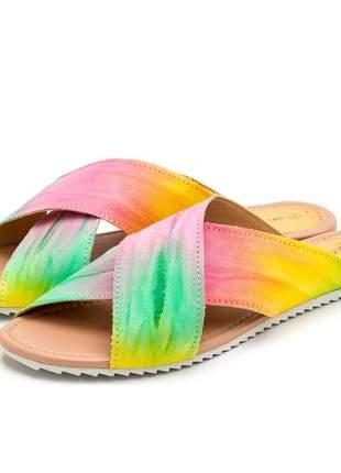 Sandália rasteira tiras cruzadas estampa tie dye tratorada