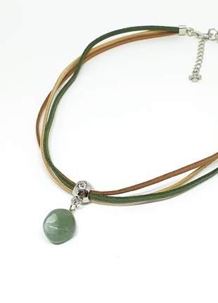 Cordão de camurças com pedra natural de quartzo verde