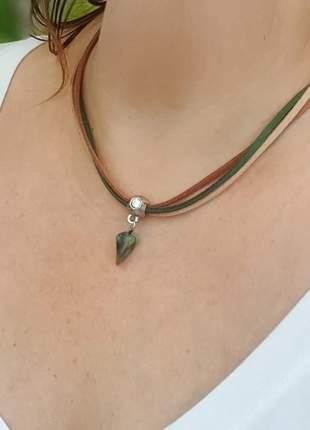 Cordão de camurça com pingente de esmeralda bruta