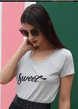 Camiseta básica com estampa na parte da frente e detalhe de brilho.