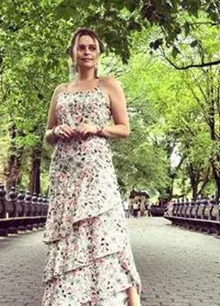 Vestido longo com estampa floral e babado na barra.