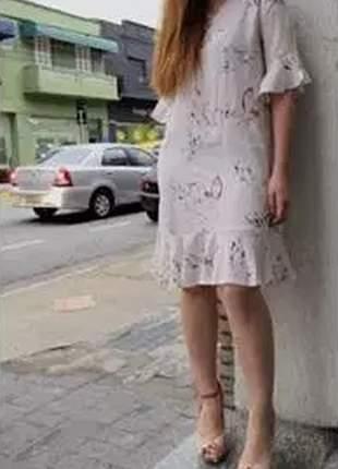 Vestido reto com decote v, detalhe barra e manga com babado, produzido em malha leve.