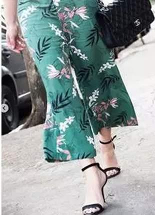 Calça pantacourt, estampa floral, caimento amplo, comprimento curto e modelagem solta.