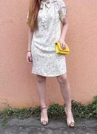 Vestido com estampa floral e detalhe no decote.