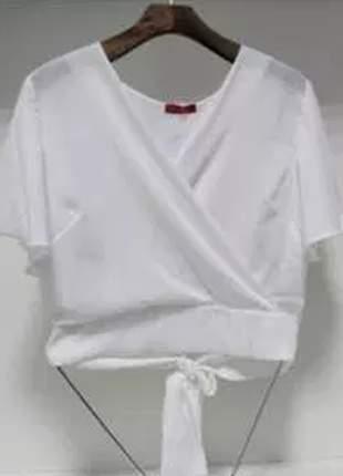 Blusa de crepe com decote transpassado e laço nas costas.