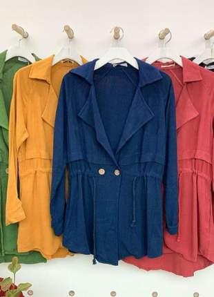 Parka casaco sobretudo acinturado, de amarra com botões na frente, e nas mangas.