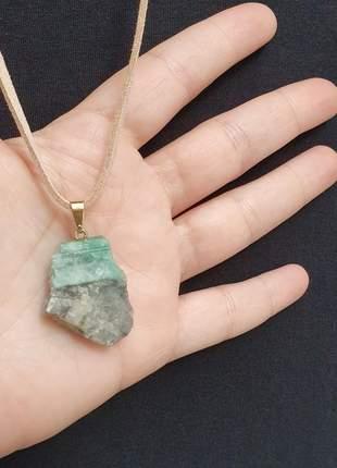 Colar de camurça com uma linda pedra bruta de esmeralda