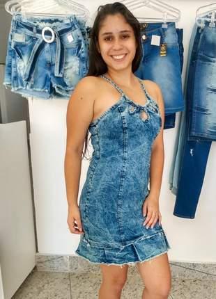 Vestido curto jeans alça fina estilo blogueira detalhe do decote