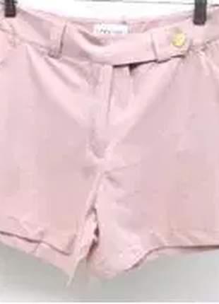 Shorts com detalhe de botão na lateral e bolsos na parte da frente.