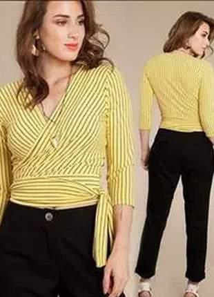 Blusa manga 3×4 em tecido canelado, com recorte transpassado.