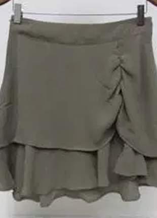 Mini saia confeccionada em crepe, com cintura média.