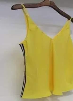 Regata básica tecido crepe, com listras esportivas nas laterais.