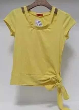 Blusa canelada com leve recorte no ombro e detalhe de laço.