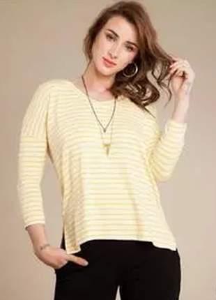 Blusa listrada confeccionada em malha fria, com caimento soltinho e manga longa.