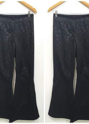Calça flare preta com detalhes de manchinhas