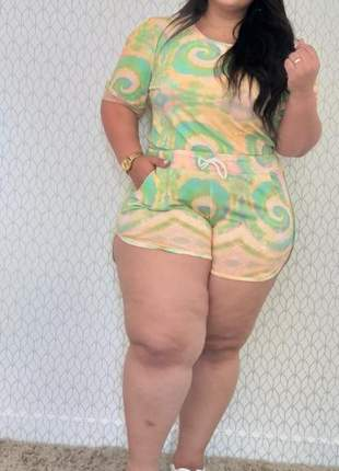 Conjunto plus size tie dye shorts boxer e blusa manga princesa