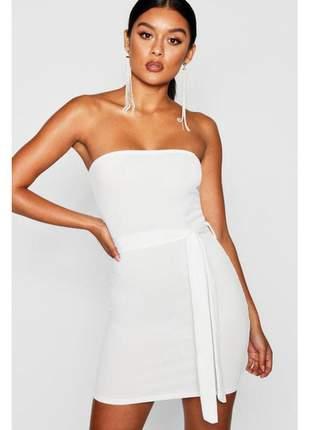 Vestido branco tomara-que-caia com cinto