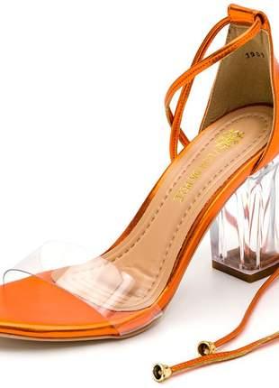 Sandália tira e salto grosso transparente laranja metalizado amarrar perna