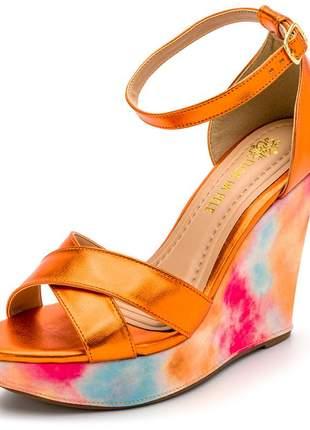 Sandália anabela tiras cruzadas laranja metalizado salto tie dye fivela