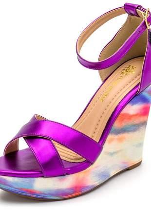 Sandália anabela tiras cruzadas roxo metalizado salto tie dye fivela